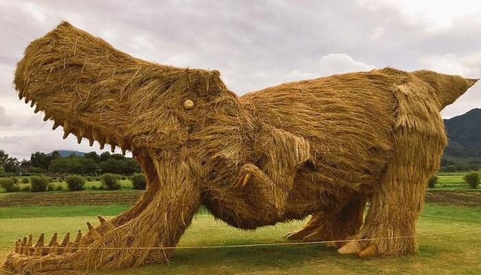 Japon: le festival Wara Art et ses dinosaures en paille