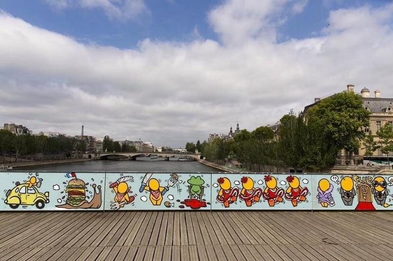 Street-art sur le Pont des arts à Paris