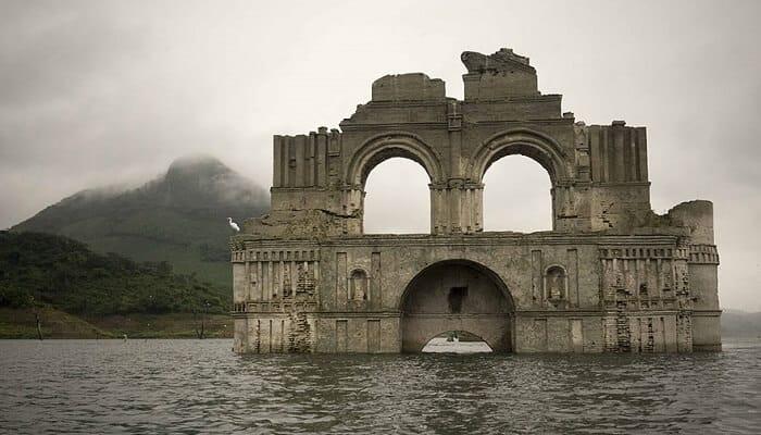 Une église de l'ère coloniale émerge d'un réservoir au Mexique