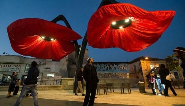 À Jérusalem, des fleurs éclosent lorsque les piétons passent en dessous