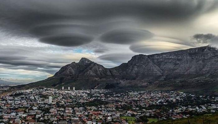 Ces étranges nuages au-dessus du Cap ne sont pas des Ovnis, mais sont hors du commun