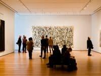 Personne devant un tableau de Jackson Pollock au Museum Modern of Art, New York