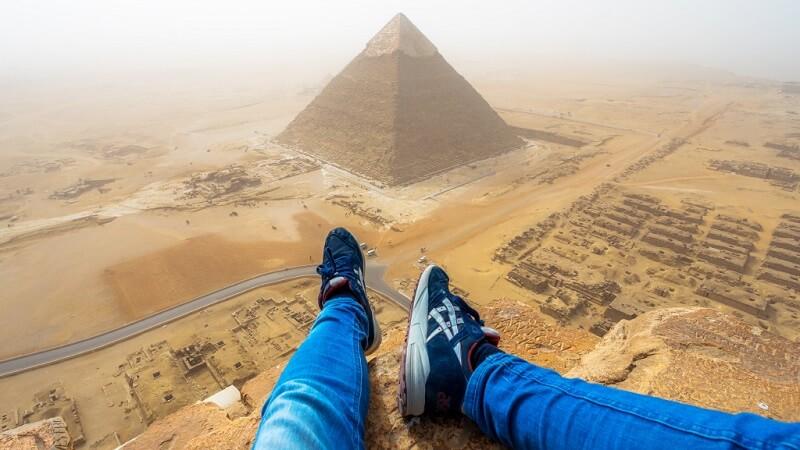 vido il escalade illgalement la pyramide de khops