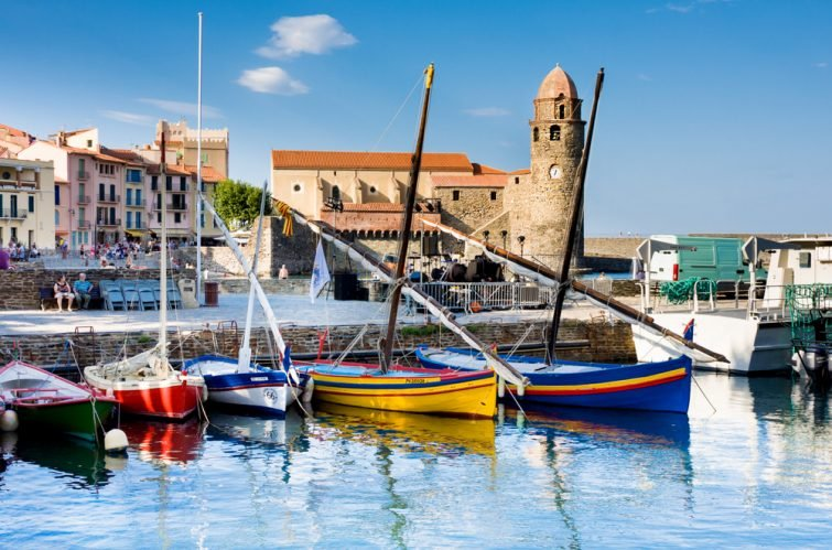 Vieux bateaux dans le port de Collioure