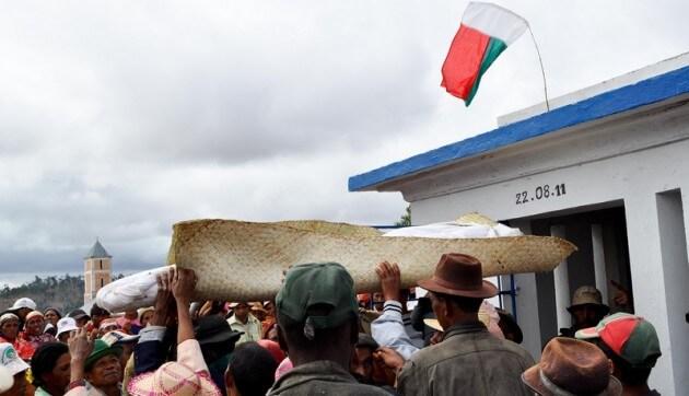 Madagascar: Le Famadihana, cérémonie de retournement des morts