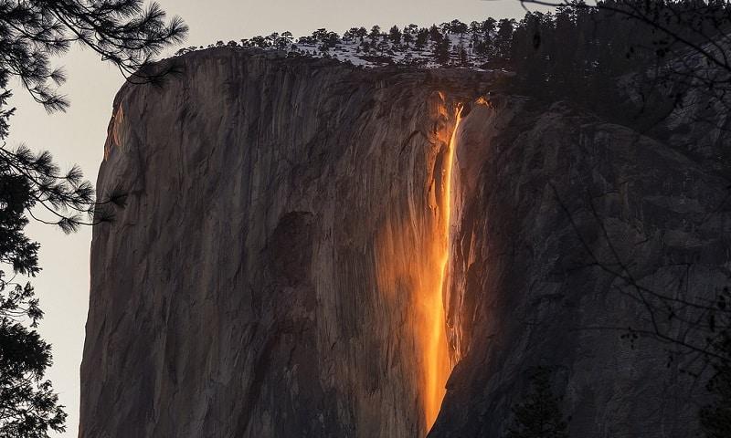 Une cascade de feu illumine le parc Yosemite en Californie