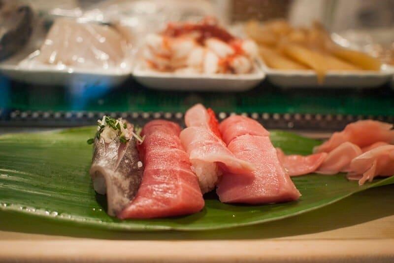 Sushis au marché de Tsukiji à Tokyo