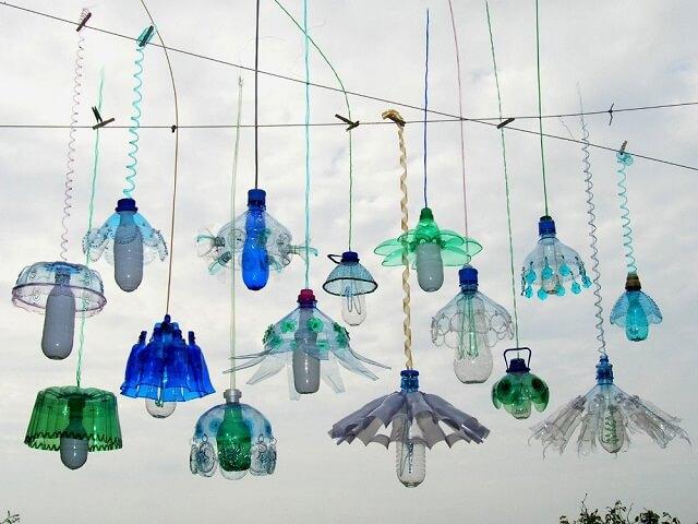 Des sculptures r alis es partir de bouteilles en plastique - Lustre en gobelet plastique ...