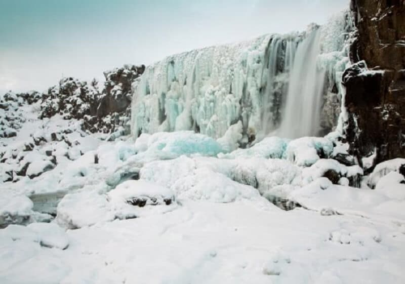 Cascade de glace dans le Parc National de Þingvellir