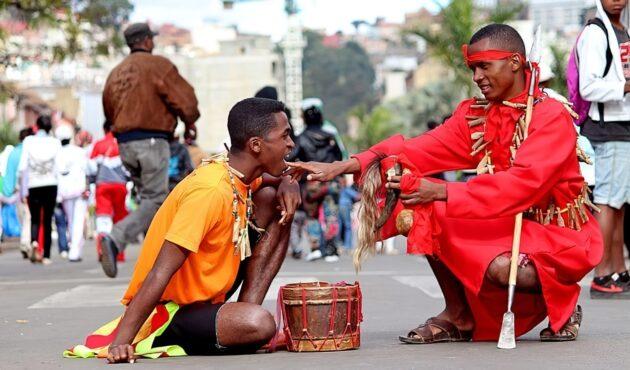 À Madagascar, la coutume est d'aller voir des guérisseurs traditionnels