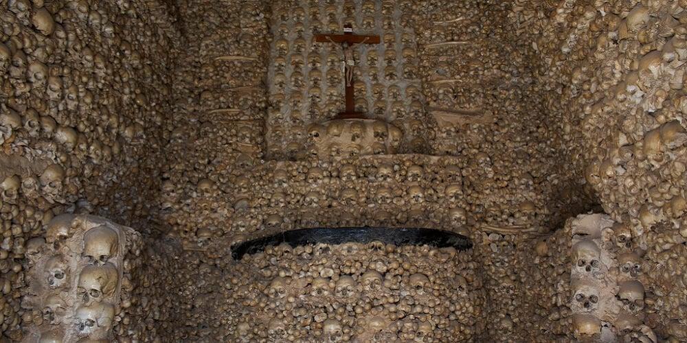 Capela Dos Ossos, Humains
