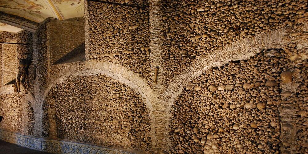 Capela Dos Ossos, Mur, Humains