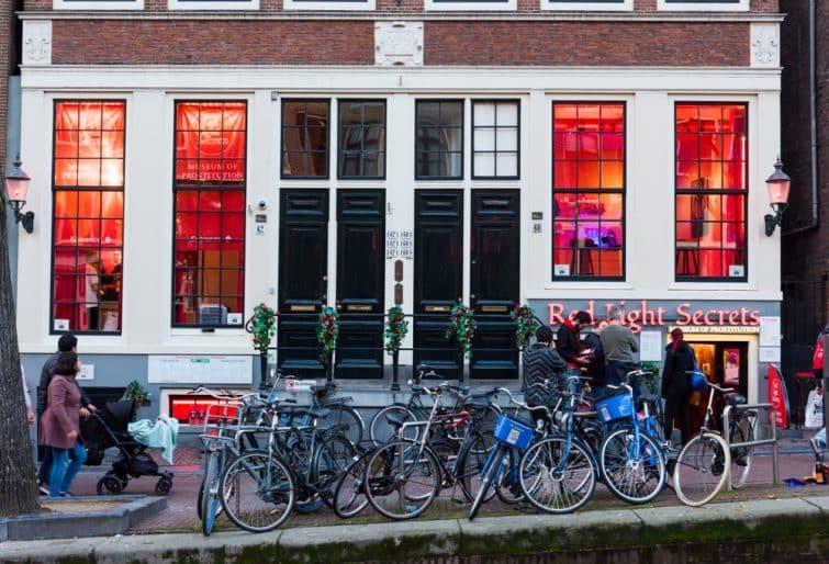 Vélos devant le musée de la Prostitution à Amsterdam, Quartier Rouge