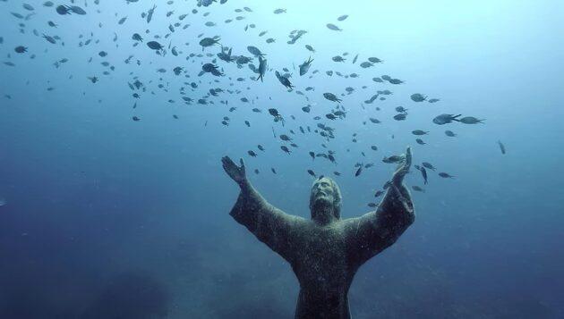 La statue sous l'eau du Christ des Abysses de San Fruttuoso en Italie