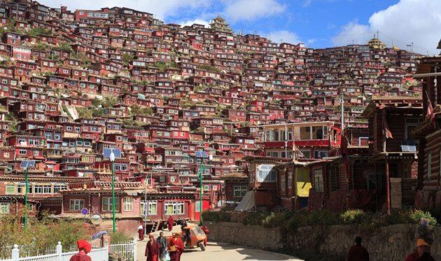 Larung Gar : le village bouddhiste au Tibet menacé par la Chine