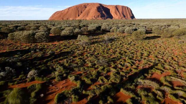 Un drone filme le mont sacré Uluru et la vidéo est magique