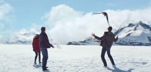 French but wild : Une partie de badminton sauvage avec un aigle