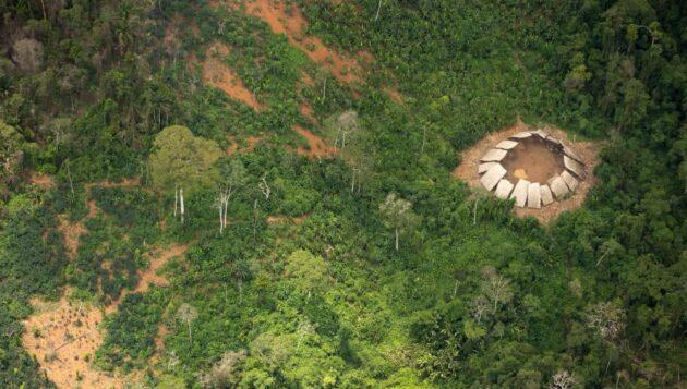 De rares photos montrent une tribu amazonienne isolée du monde moderne