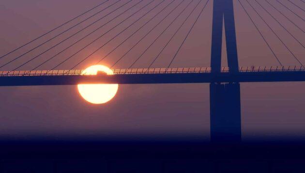Visiter le Viaduc de Millau, pont de tous les records qui enjambe le Tarn