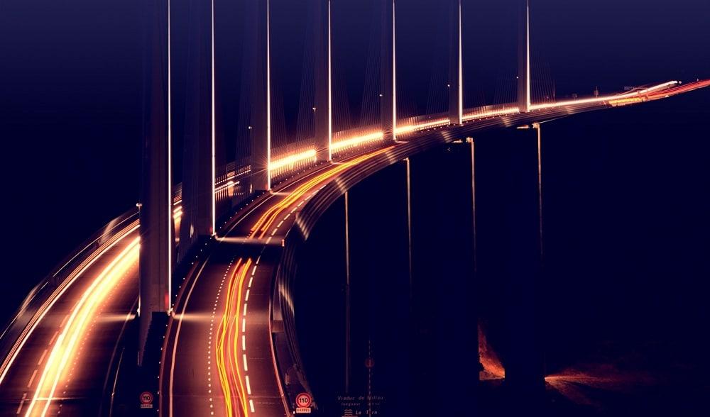 Viaduc de Millau avec lumières des phares de voitures