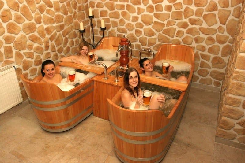 et si vous preniez un bain de bi re prague au beer spa. Black Bedroom Furniture Sets. Home Design Ideas
