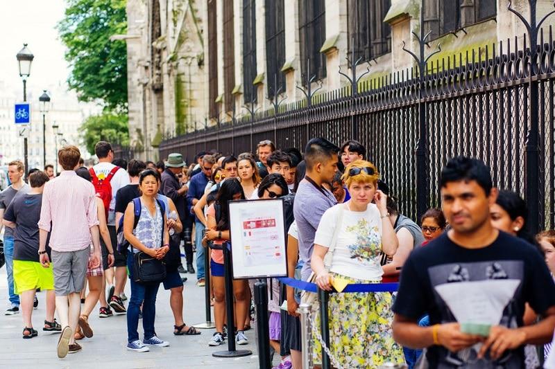 File d'attente devant la Cathédrale Notre-Dame de Paris-