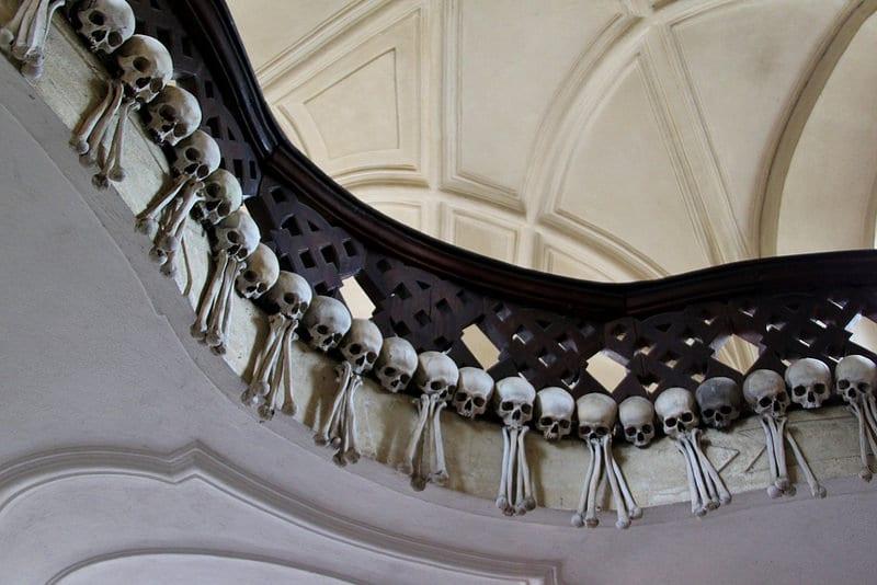 Crânes dans l'Ossuaire de Sedlec, à Kutna Hora