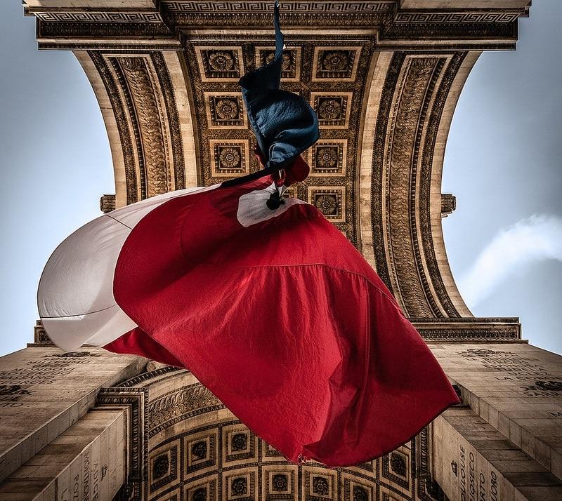 Drapeau sous l'Arc de Triomphe