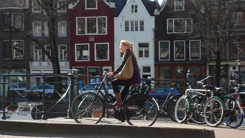 Femme qui fait du vélo à Amsterdam