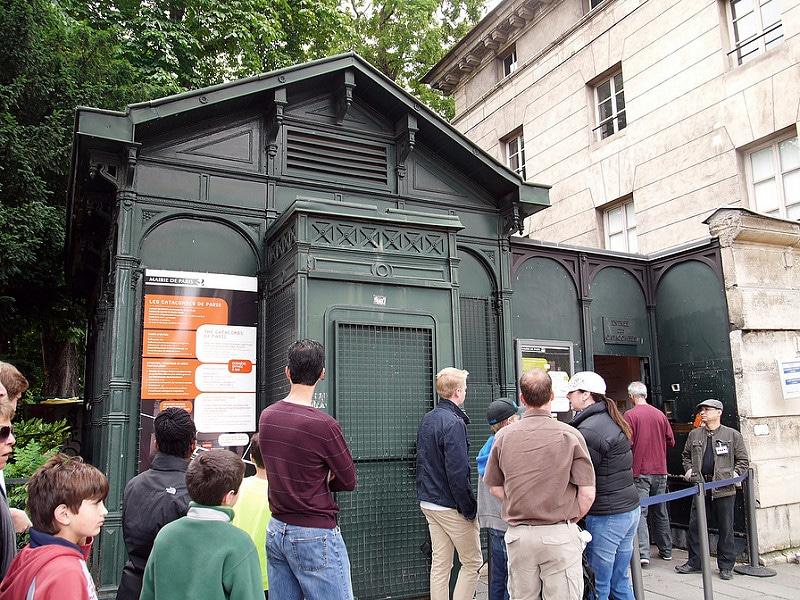 File d'attente devant les Catacombes de Paris