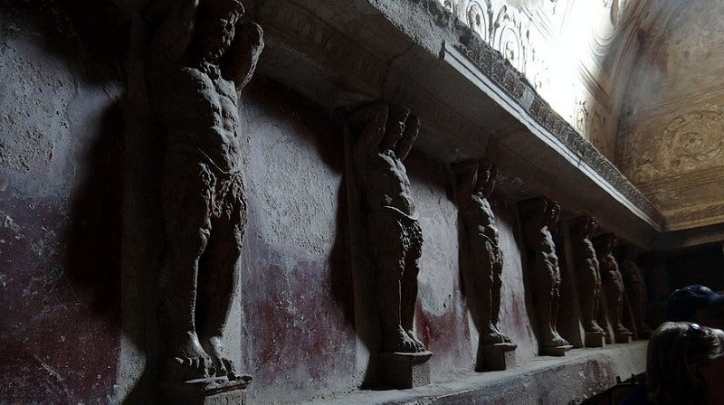 Statues dans les thermes de Pompéi