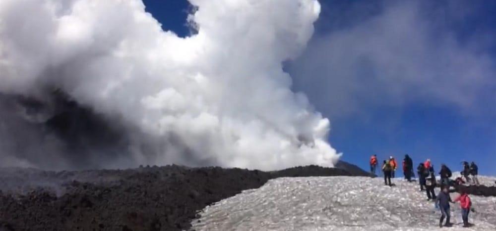 Vidéo : une impressionnante éruption de l'Etna blesse une dizaine de personnes