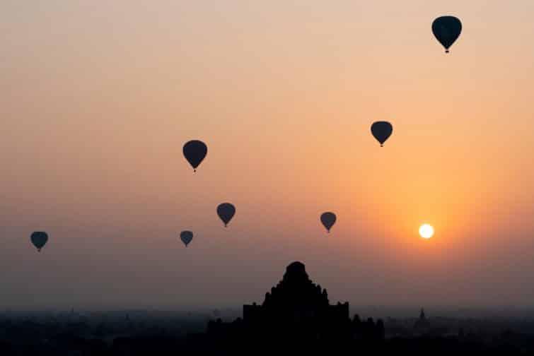 Montgolfières au lever du soleil avec les Temples d'Angkor en fond