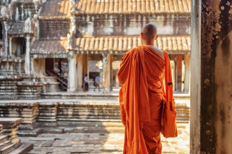 Moine bouddhiste regardant la cour d'un temple ancien complexe Angkor Vat à Siem Reap, Cambodge.