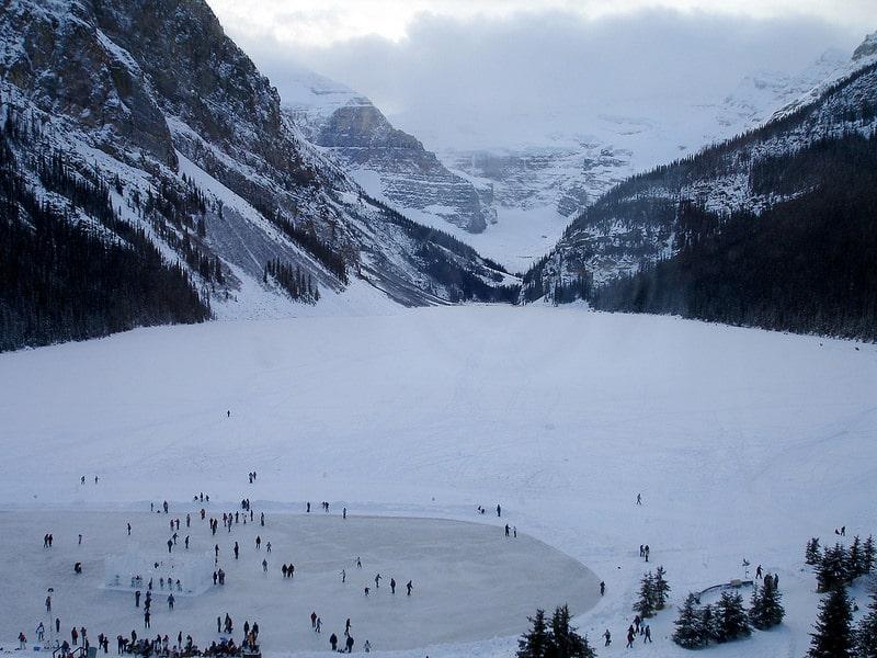 Patinage sur un lac gelé, Canada en hiver