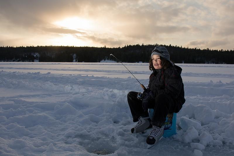 Pêche dans un lac glacé, canada en hiver