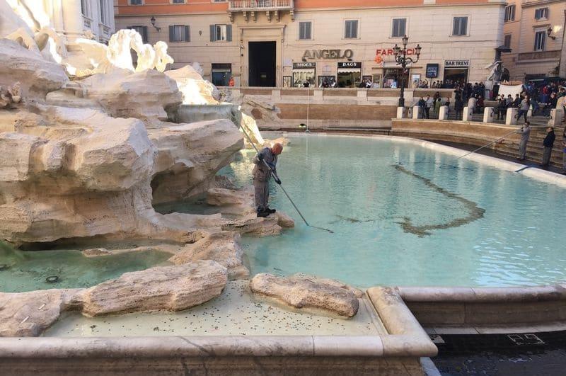 Pièces ramassées dans la fontaine de Trevi à Rome