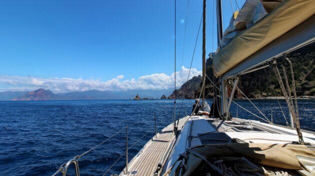 Visiter la Corse par la mer : les avantages de la location bateau