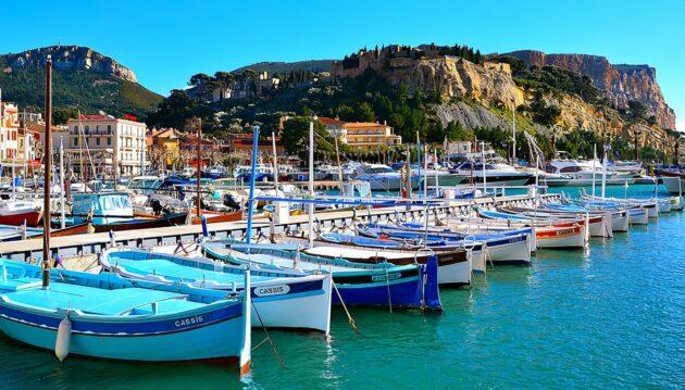 Location de bateau à Cassis : idées d'itinéraires en catamaran ou voilier