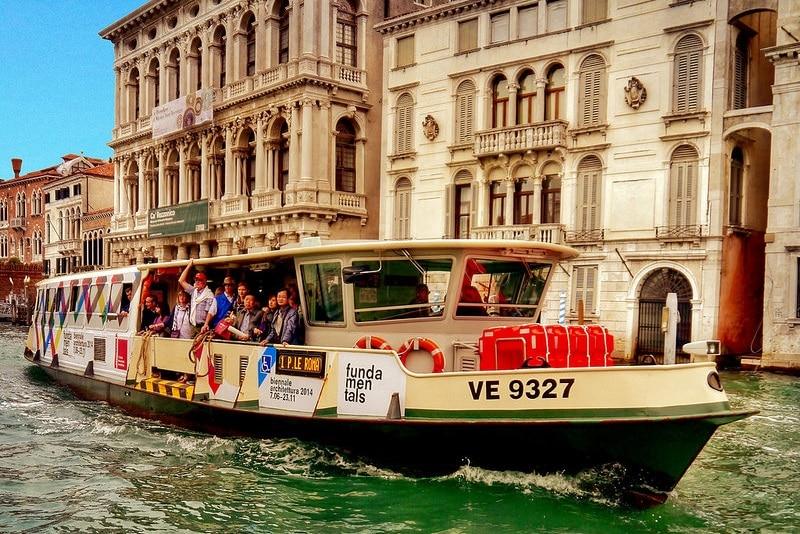 Un vaporetto à Venise, transports