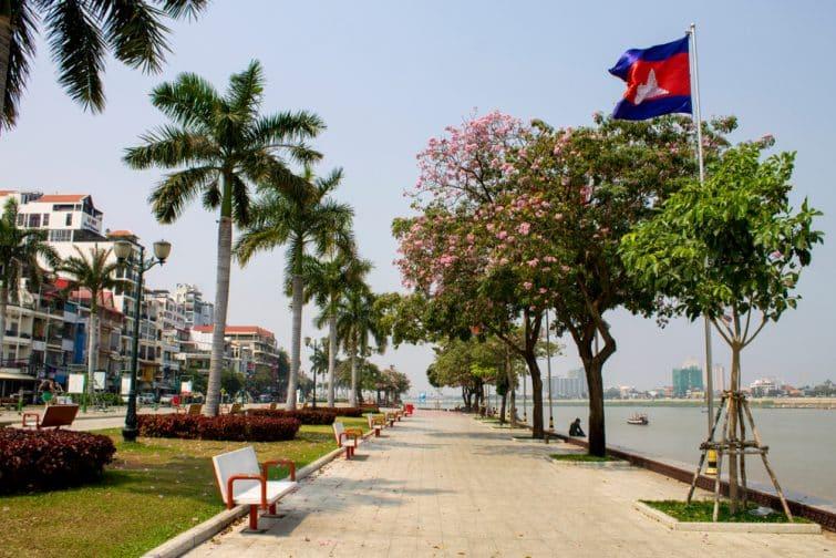 Riverside Park qui longe la rivière Tonlé Sap et le quai Preah Sisowath à Phnom Penh, au Cambodge