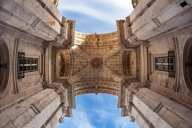 Sous l'arc de triomphe de Lisbonne