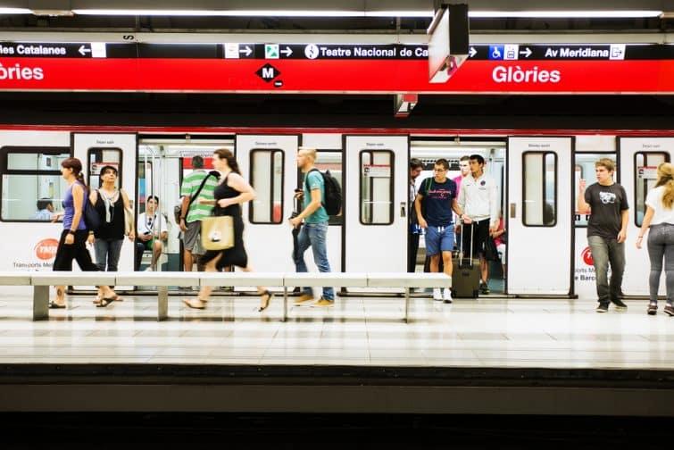 Personnes sortant du métro à Barcelone