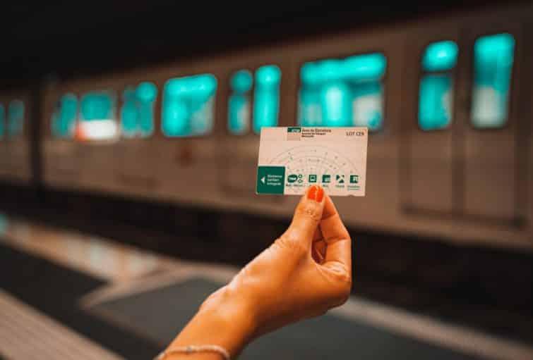 Personne tenant le pass transport de Barcelone