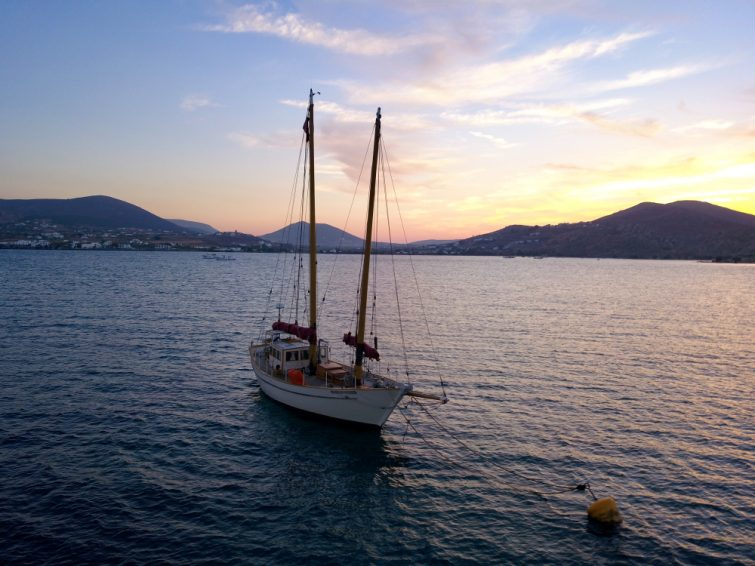 Voilier au coucher de soleil, Paros