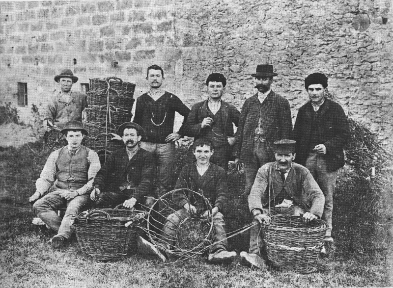 Un maître vannier de Vallabrègues et ses ouvriers vers 1890