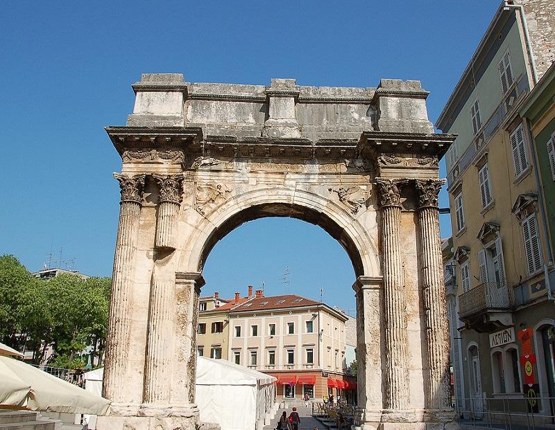 Arc de triomphe des Serges, Pula