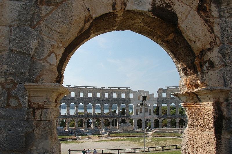 Visiter l'amphithéâtre de Pula