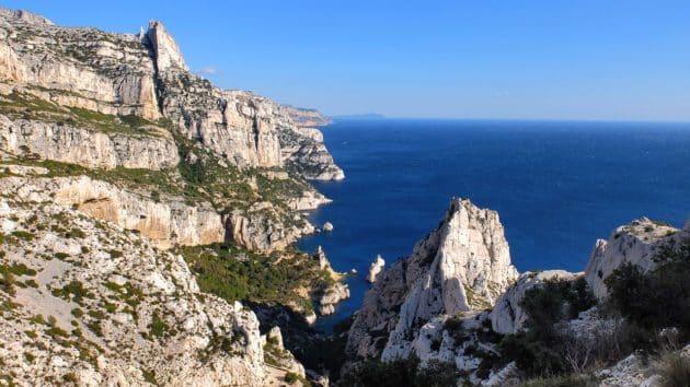 Visiter les calanques de Cassis, à pied ou en bateau