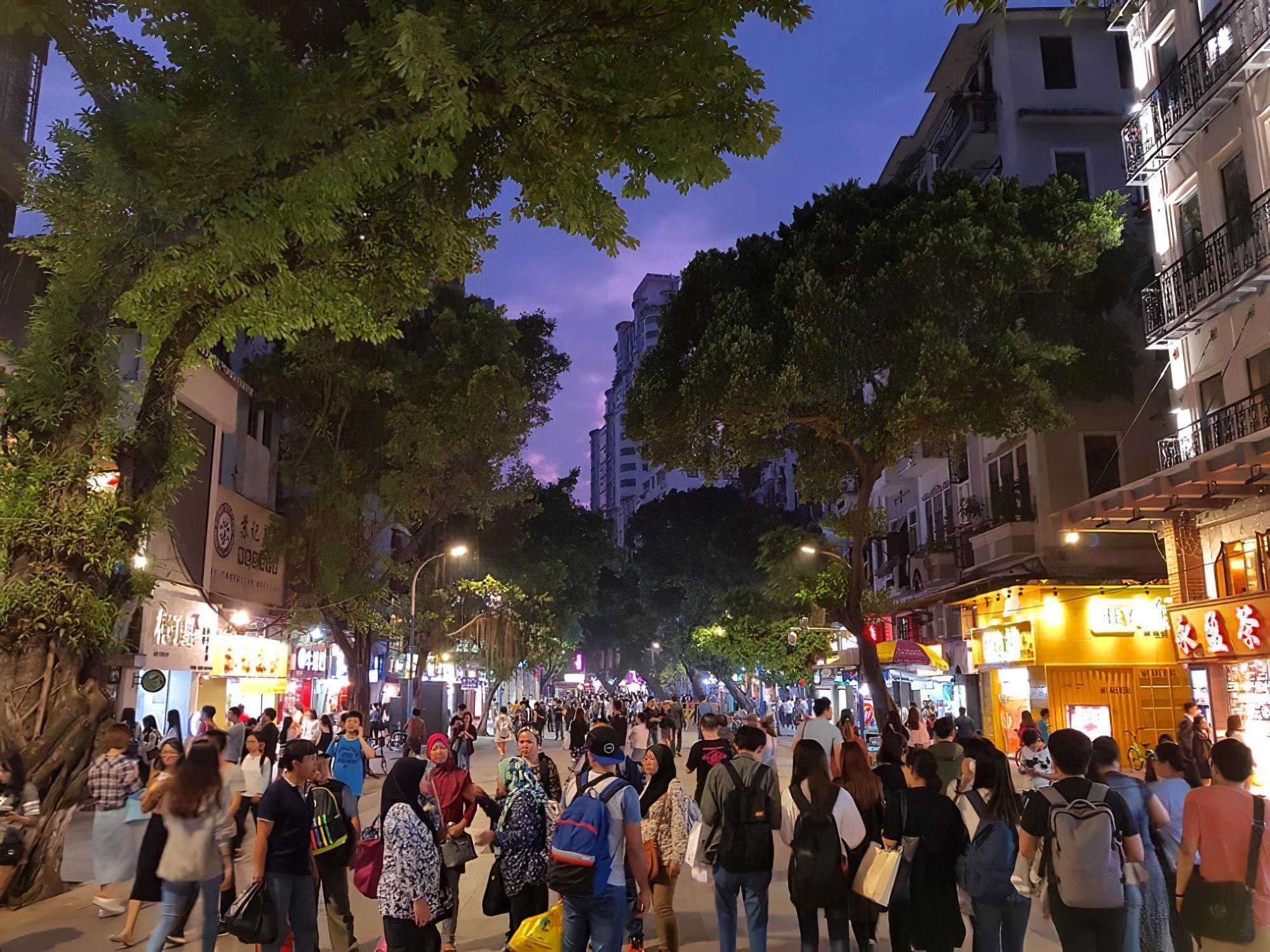 Boulevard de la ville de Shanghai en Chine, il est jalonné de somptueux édifices de style européen et de banques ou de À lextrémité nord du Bund, le parc Huangpu comprend le monument des.